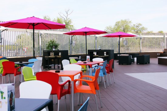 Crowne Plaza Madrid Airport: Guest Patio - Take sun or just a drink in our terraze