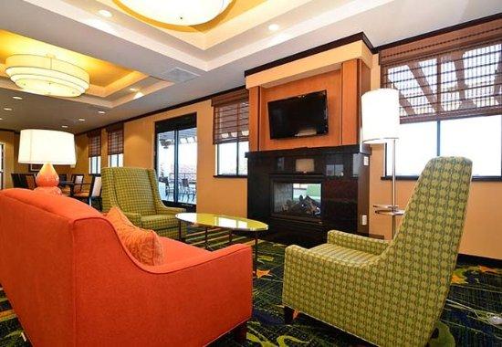 Capitola, Kalifornien: Breakfast Room Fireplace