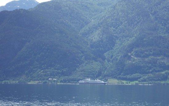 Sogn og Fjordane, Noruega: 世界遺産のフィヨルドを巡る観光船が目の前を通っていきます