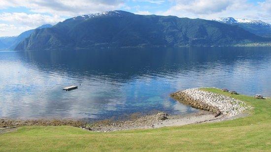 Sogn og Fjordane, Noruega: レイカンゲル村からみたソグネフィヨルド