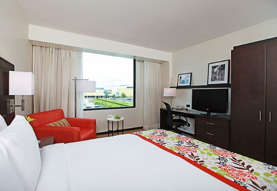 Courtyard Panama at Metromall Mall : King Guest Room