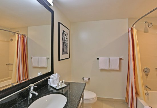 Courtyard Panama at Metromall Mall : Guest Bathroom
