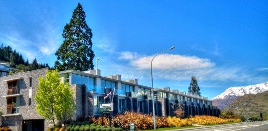 Pounamu Apartments: Summer Exterior