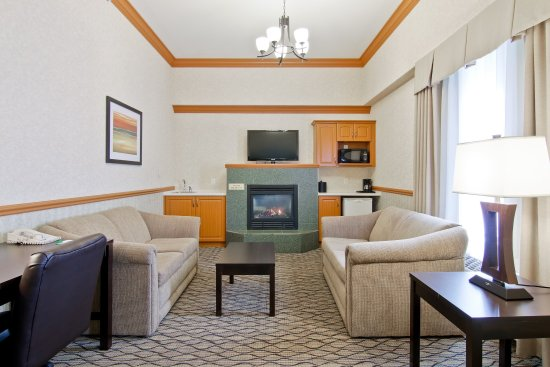 Sherwood Park, Kanada: Jacuzzi Suite Living room