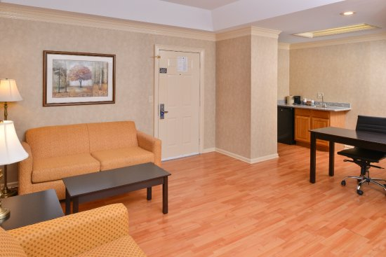 Brentwood, TN: Two Queen Non Smoking Suite Living Area
