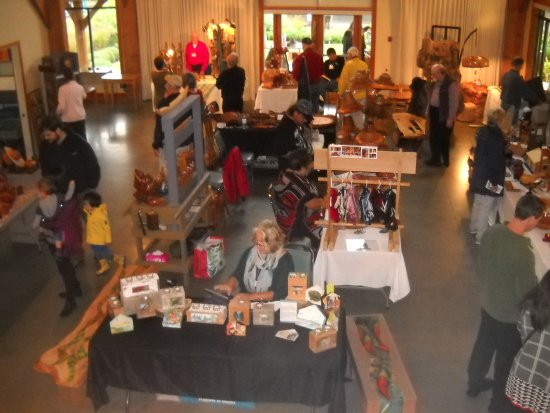 Sechelt, Canadá: Only some of the local artists at the visitor centre for the Wood Expo