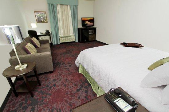 Winnie, Teksas: King Bed and Sofa
