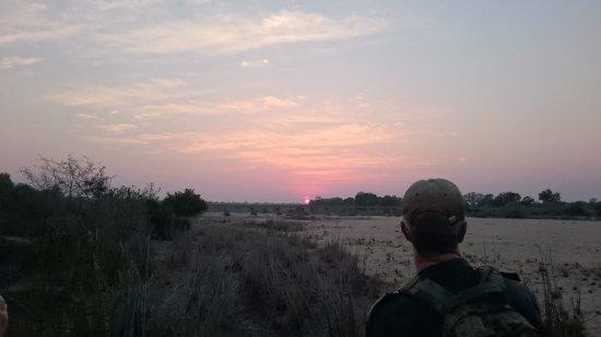 Bundu Enterprises: On foot i Kruger with the sun rising over the Sand River