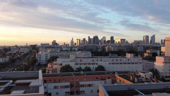Colombes, France: Vue sur la Défense depuis le balcon