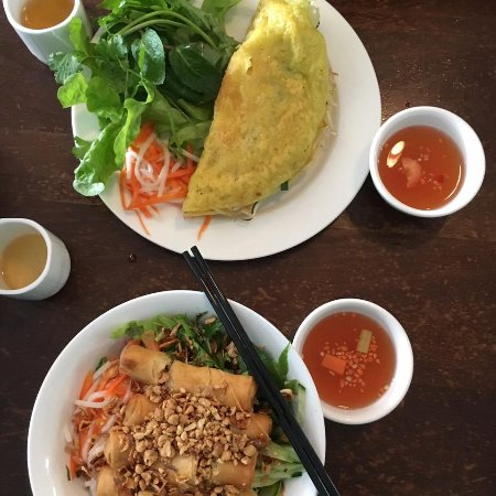 Marrickville, Australia: seafood pancake and bun cha salad