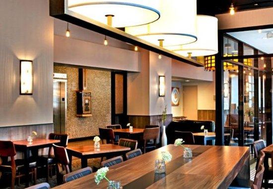 Fairfield Inn & Suites Milwaukee Downtown: Lobby Dining Area