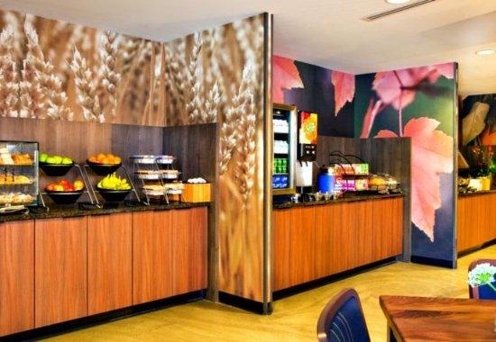 Fairfield Inn & Suites Milwaukee Downtown: Breakfast Buffet