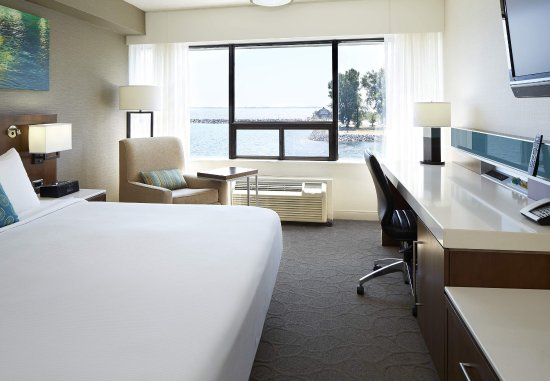 Delta Hotels by Marriott Kingston Waterfront : King Lake View Guest Room
