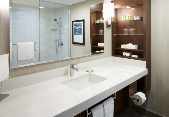 Delta Hotels by Marriott Kingston Waterfront : Deluxe Guest Room - Bathroom