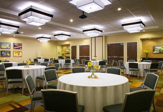 Tustin, CA: Meeting Room – Banquet Style Setup