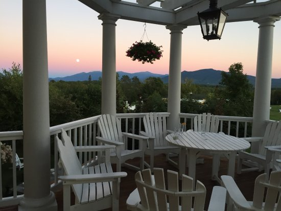 Whitefield, Nueva Hampshire: Front porch overlooks panoramic setting