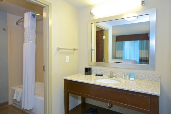 Adairsville, Geórgia: Convenient large dressing area with curved shower rod