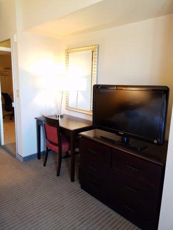 Todos los cuartos tienen 2 tv: en la salita y en el cuarto ...