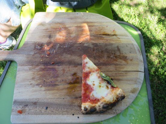 Naramata, Canada: The last slice of a great pizza, didn't last long