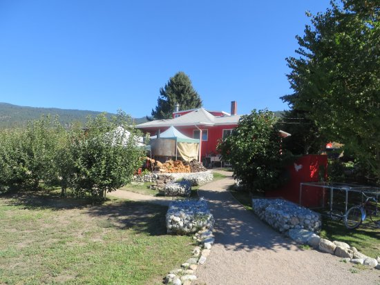 Naramata, Canada: The little old red farm house. Pizza and wine there.