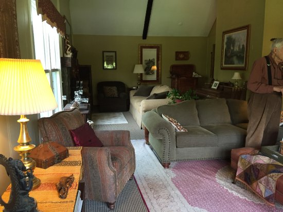 Weathertop Mountain Inn: Comfortable shared living room area on top floor with TV
