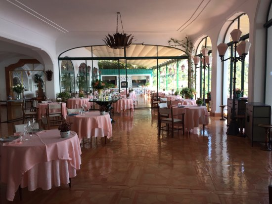 Il San Pietro di Positano: Dining room. Windows and terrace overlook the ocean.