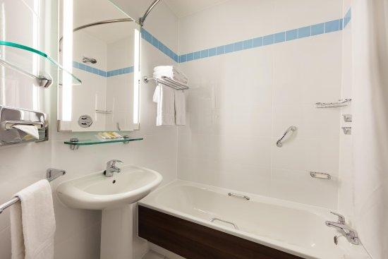 Hilton Garden Inn London Heathrow Airport: Standard Bathroom