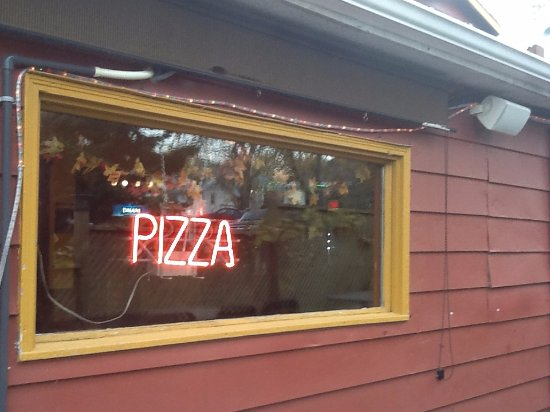 Wolfe Island, Kanada: Our famous neon PIZZA sign in the window visible from Main Street