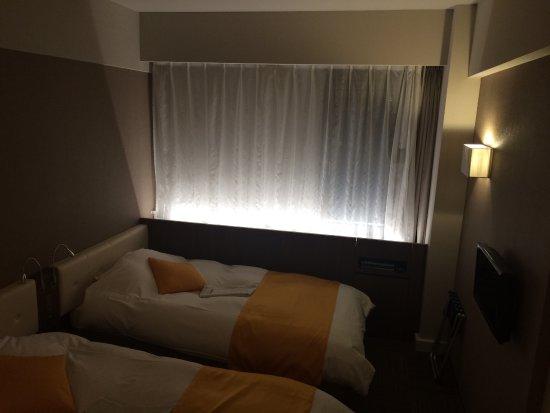Hotel Suehiro: リニューアル本館ツインルーム。テレビは小さめ。
