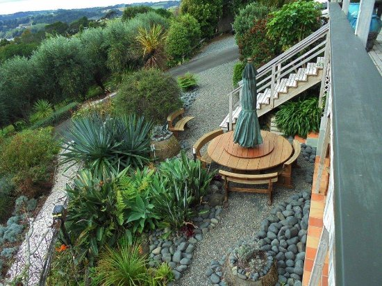 Warkworth, Nueva Zelanda: Spa pool garden from top deck