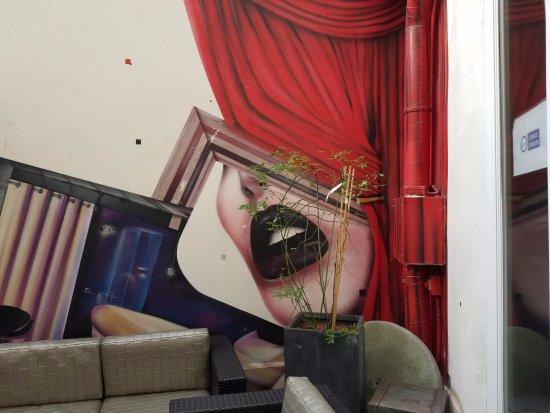 Seven Hotel Paris: Patio seating