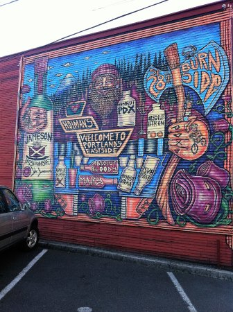 Holman's Restaurant: Yes, there's a parking lot! And a mural adjacent to it pointing the way to Holman's