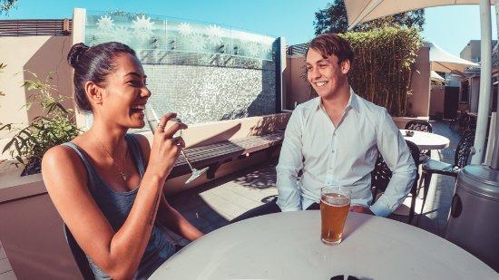 Botany, Australien: Waterworks Hotel outdoor bistro area is drenched in Aussie sunshine