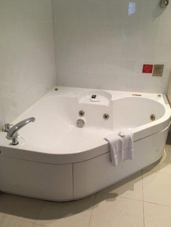 spa bath in penthouse suite picture of novotel sydney on. Black Bedroom Furniture Sets. Home Design Ideas