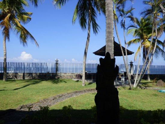 Negara, Indonesia: schlimmer Zaun, um was sehen zu können, must man auf den Tisch klettern