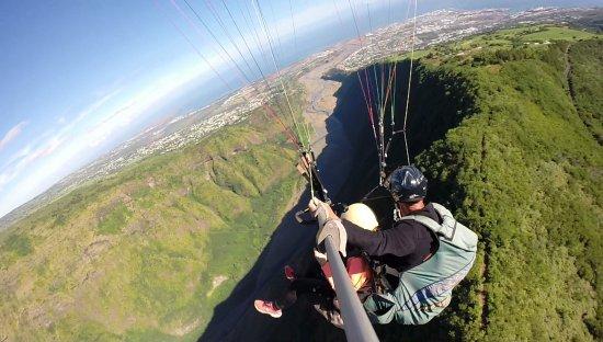 Saint-Leu, Reunión: Biplace parapente au dessus de Dos d'âne avec Air  Lagon Parapente Réunion