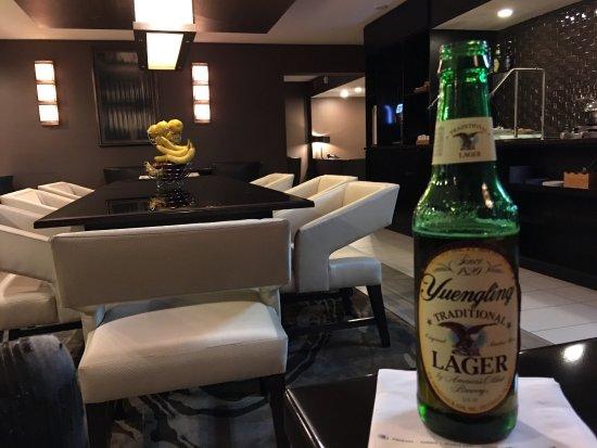 Ямайка, Нью-Йорк: Enjoying the Executive Lounge with a tasty beverage