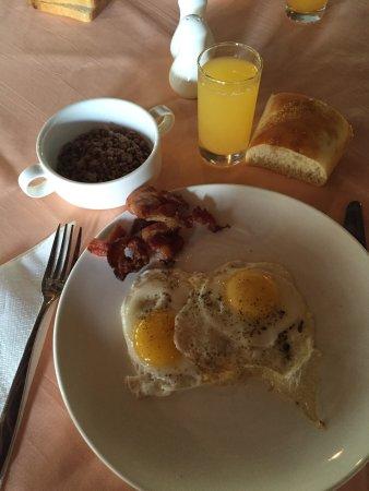 Poste Lafayette: Petit déjeuné : œufs sur le plat, bacon, choco pops, jus d'orange et pain