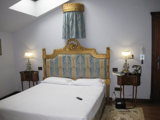 Azofra, España: The palatial Room 12