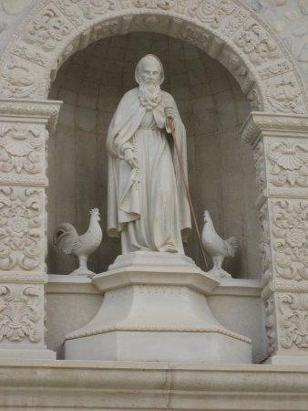 Azofra, España: Statues of Dominic, the rooster, and the chicken - Santo Domingo de la Calzada