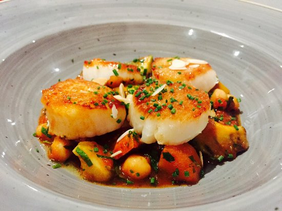 Bridgend, Irland: Scallops with chorizo, spiced tomato & chickpea stew, avocado and toasted almonds. <3