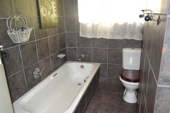 Marloth Park, Sudafrica: Giraffe Lodge - bathroom
