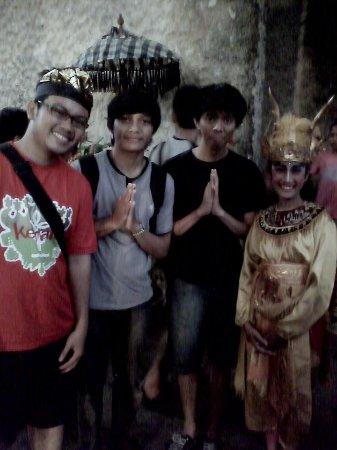Garuda Wisnu Kencana Cultural Park: Berfoto bersama para seniman tarian Bali sesudah pertunjukkan selesai.