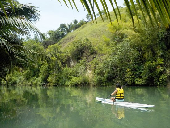 Loboc, Philippinen: When you get tired standing up, you can just sit down and paddle away. :)