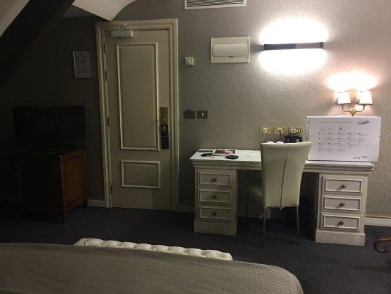 Melia Colbert - Paris: Quarto 52 Bem silencioso , FICA no 5 andar que é o ultimo . O elevador so vai ate o 4 por isso t