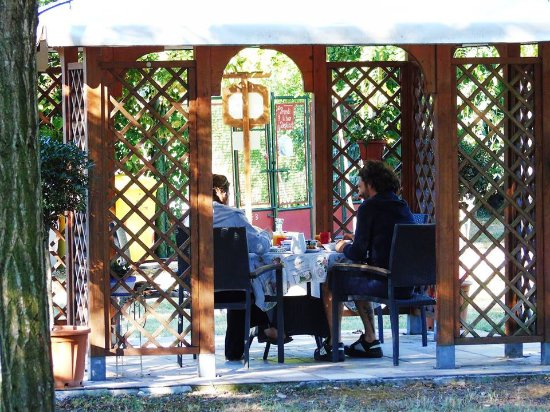 Libolla, Italië: Colazione all'aperto nel gazebo