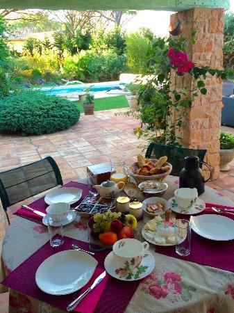 Villa Charme et Detente: Petit dejeuner servi au pres de la piscine