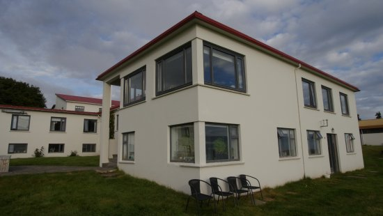 Skjaldarvik Guest House: Back of the guesthouse, comfortable area with hot bath.