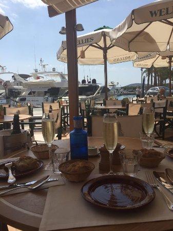 шампанское с видом на яхты)