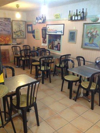 Saint-Maximin-la-Sainte-Baume, Francia: La salle intérieure du restaurant